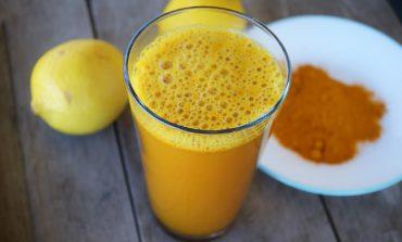 Poranny koktajl zdrowia: woda z cytryną i kurkumą