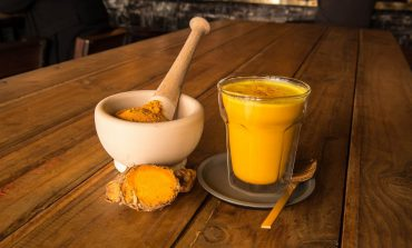 Przepis na mleko kokosowe z kurkumą – sposób na detoks i stany zapalne