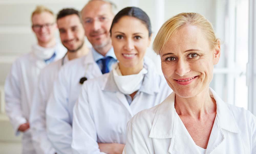 Team mit Ärzten und Krankenschwestern als Kollegen im Krankenhaus