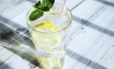 Picie wody z cytryną – czy i dlaczego warto to robić?