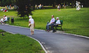 Trening siłowy lepszy w zrzucaniu wagi u osób starszych niż ćwiczenia aerobowe – tak pokazują nowe badania