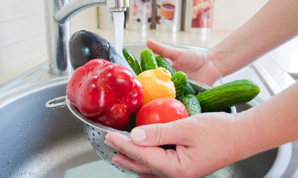 Jak myć owoce i warzywa, aby usunąć pestycydy