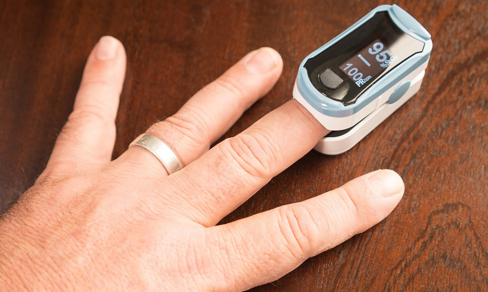 A portatble sensor makes it easy to check oxygen level and pulse rate in the human body